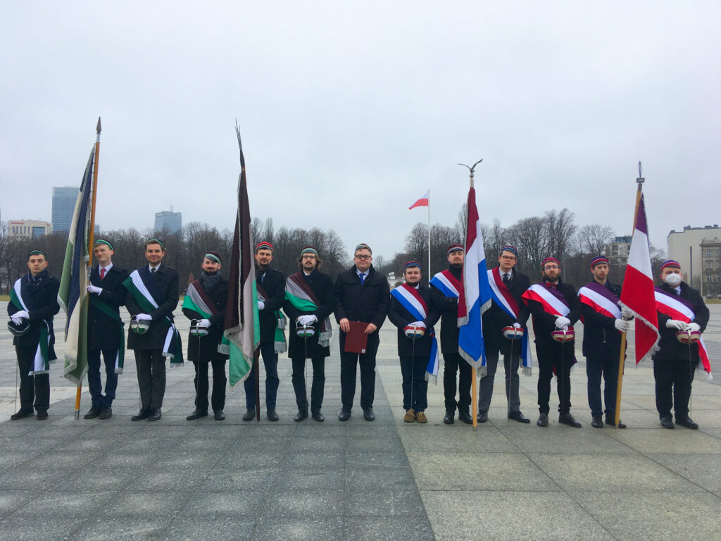 korporanci ze sztandarami na pl. Piłsudskiego w Warszawie